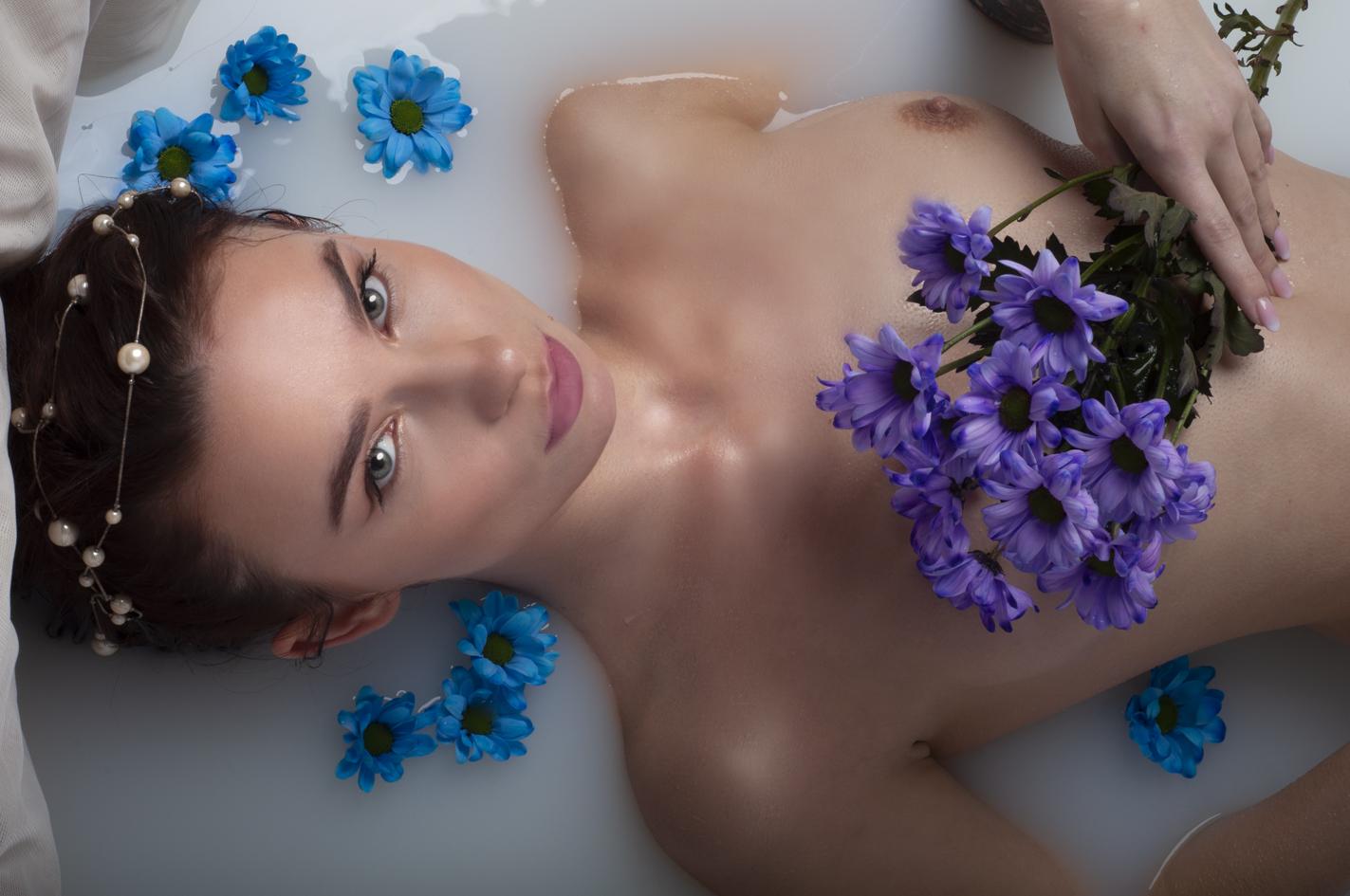 pozowała: Magdalena Krystyna Nieprosta, make up: Karina Radzevich, autorką zdjęcia jest Kinga Bartkowska